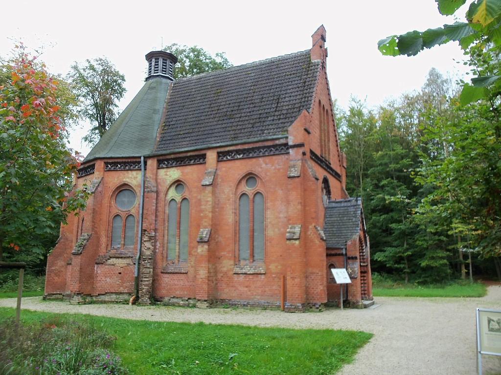 Eine evangelische Kirche im Wald